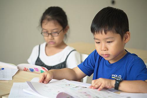Children studying Chinese
